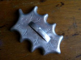 https://cf.ltkcdn.net/antiques/images/slide/144735-800x600r1-vintage-holly-leaf.jpg