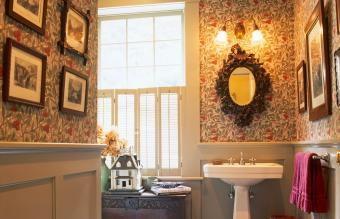Vintage bathroom decor