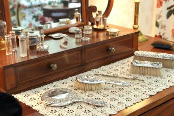 Vintage Vanity Sets: A Look at an Elegant Essentials