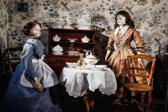 https://cf.ltkcdn.net/antiques/images/slide/271224-850x566-antique-dollhouse-dolls.jpg