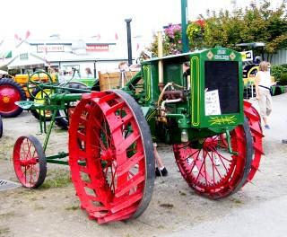Green_red_tractor.jpg