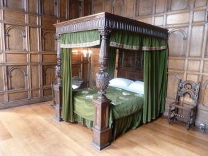 Elizabethan bed