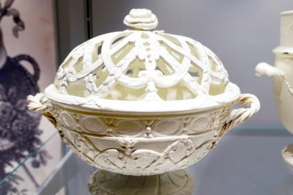 Chestnut or orange basket, Queen's ware catalog