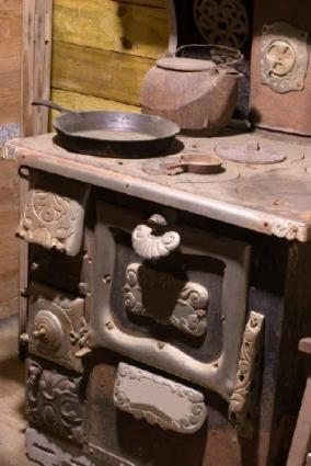 Antique cook stoves wood and propane lovetoknow for Wood burning stove for screened porch