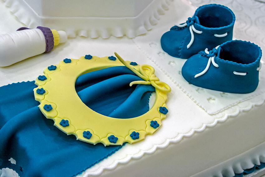 https://cf.ltkcdn.net/baby/images/slide/167314-850x567-baby-booties-and-bib-cake.jpg