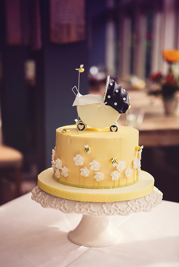 https://cf.ltkcdn.net/baby/images/slide/167317-569x850-baby-carriage-cake.jpg