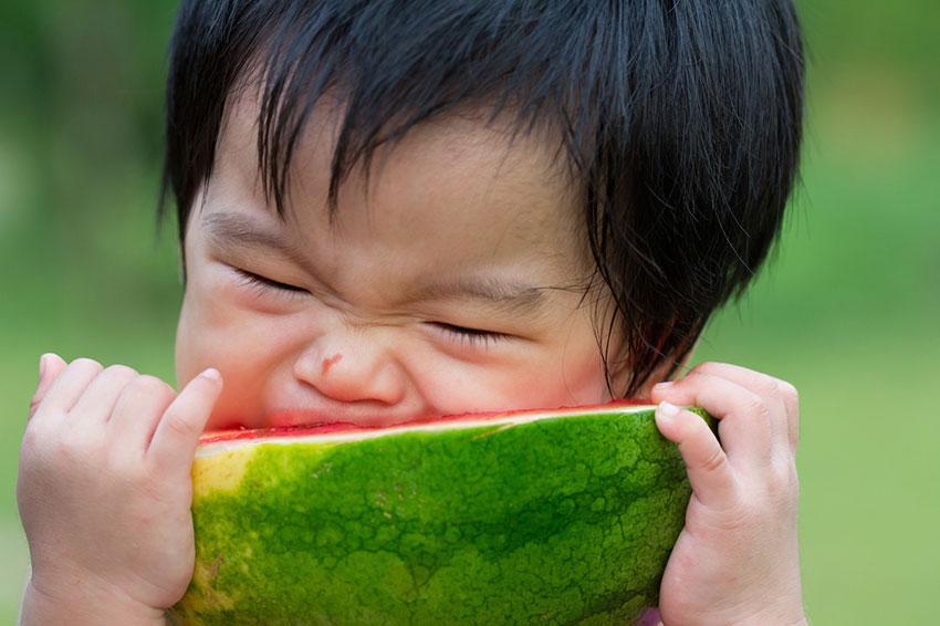 https://cf.ltkcdn.net/baby/images/slide/189113-850x566-Watermelon-mouthful.jpg