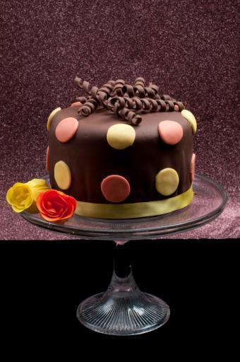 https://cf.ltkcdn.net/baby/images/slide/10033-565x850-Chocolate-Dot-Cake.jpg
