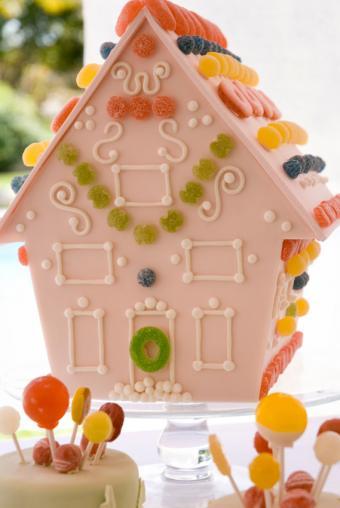https://cf.ltkcdn.net/baby/images/slide/167321-569x850-candy-house-cake.jpg