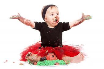https://cf.ltkcdn.net/baby/images/slide/189107-850x567-baby-eating-lady-bug-cake.jpg