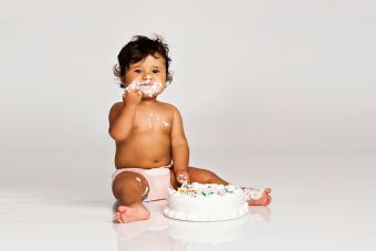 https://cf.ltkcdn.net/baby/images/slide/189142-850x567-baby-with-white-smashcake.jpg