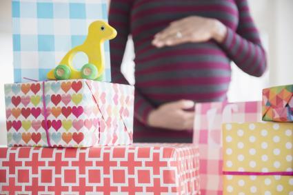 Mujer embarazada con regalos