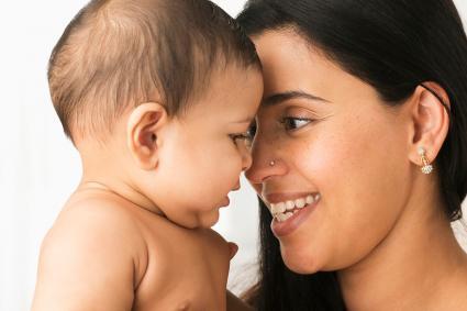 madre jugando con bebé
