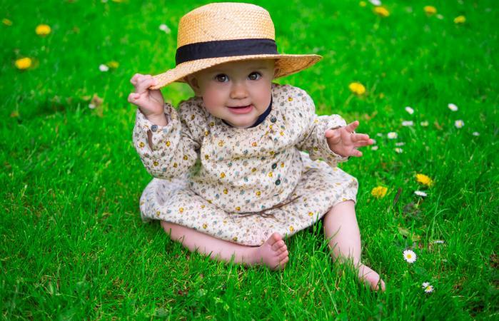 Hermosa niña con sombrero para el sol