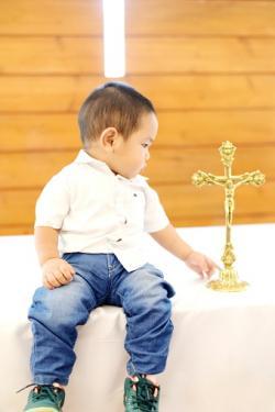 Niño mirando la cruz