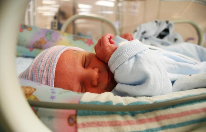 Niño prematuro duerme en incubadora