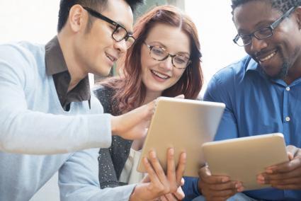 Personas en una oficina usando tablets