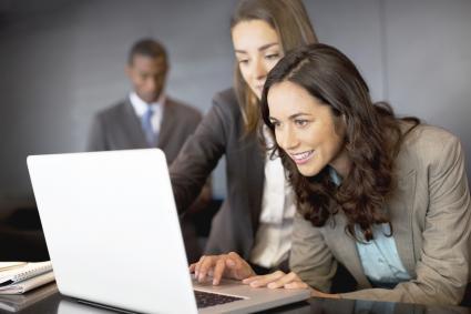 Mujeres en la oficina mirando el email