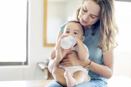 Dando de comer al bebé