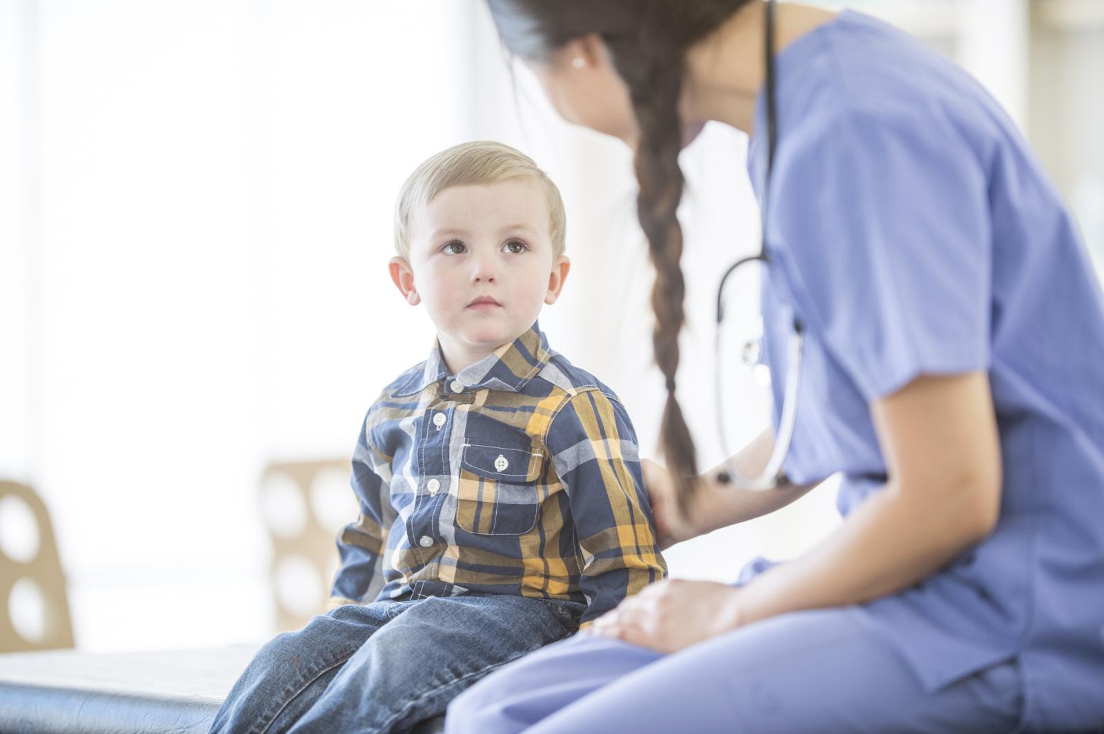 Niño hablando con la medica