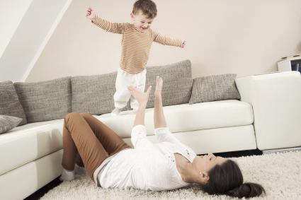 Madre y hijo jugando