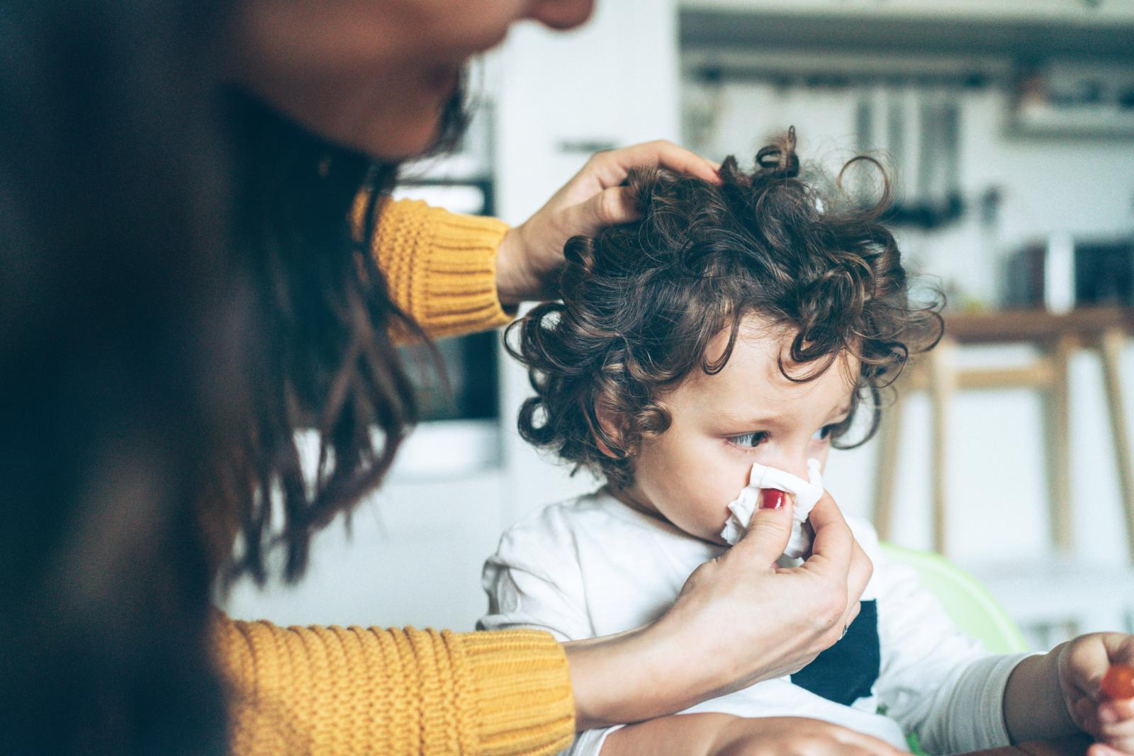 Madre ayudando a bebé constipado