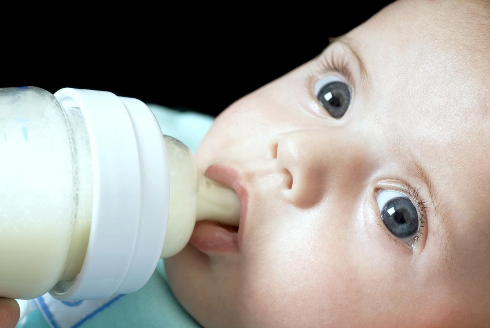 Bebé bebiendo del biberón