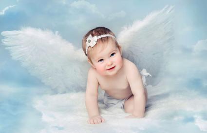 Bebé recién nacido con alas de ángel