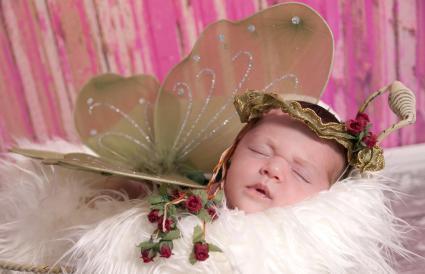 Bebé recién nacido vestido como un hada