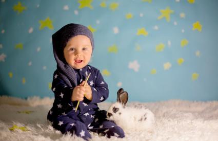 Bebé con conejo en traje de estrella