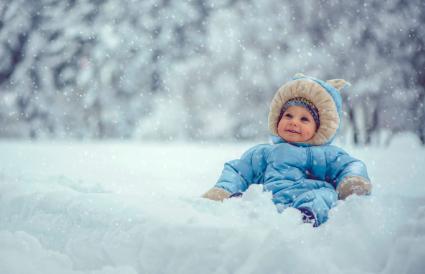 Niño pequeño en parque de invierno
