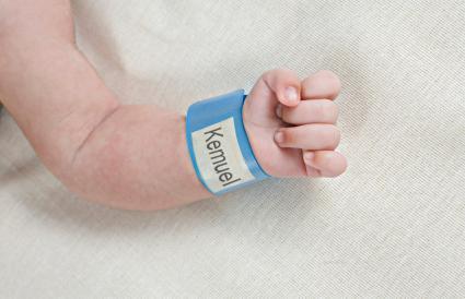 pulsera de identificación del hospital en el bebé