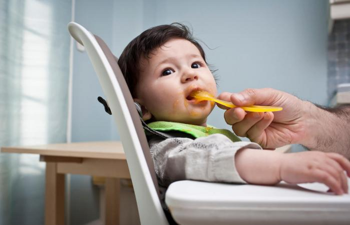 Bebé comiendo batata