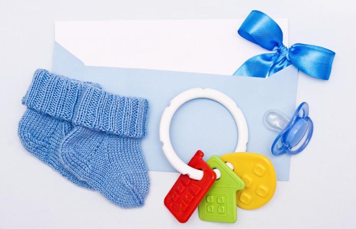 Tarjeta sobre un tema del recién nacido en tonos azules