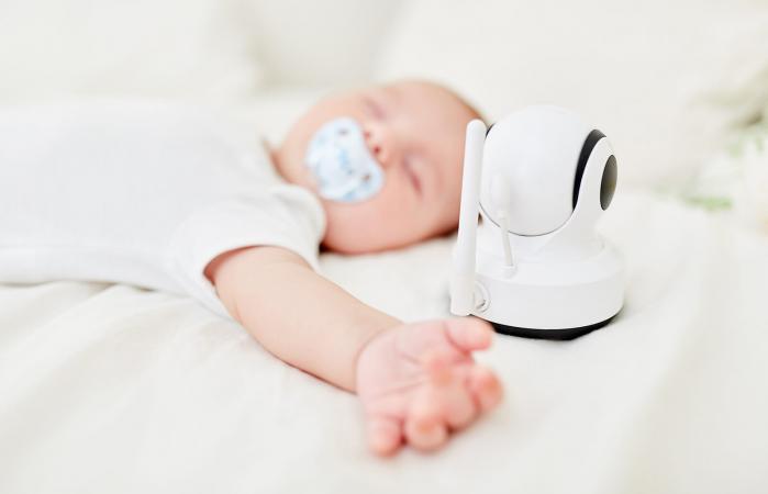 Bebé durmiendo con monitor