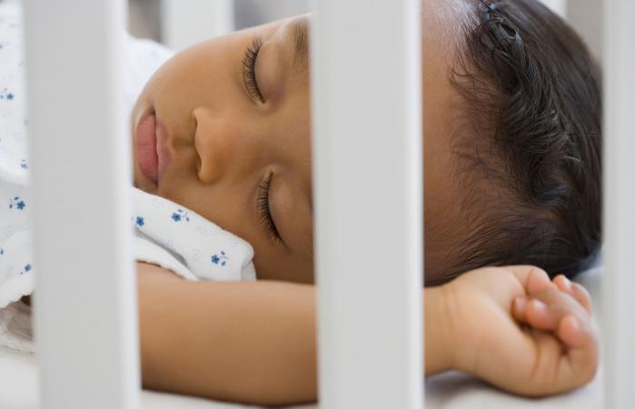 Bebé durmiendo en la cuna