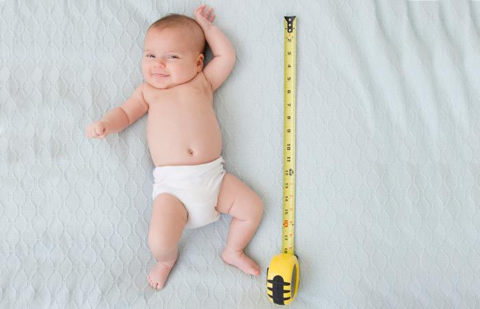 Bebé junto a la cinta métrica