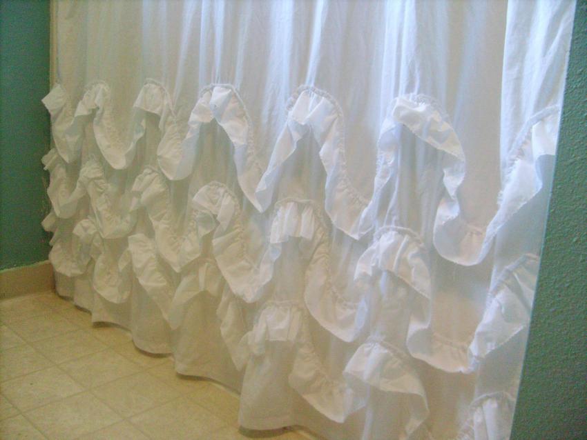 https://cf.ltkcdn.net/bedding/images/slide/206898-850x638-ruffled-shower-curtain.jpg