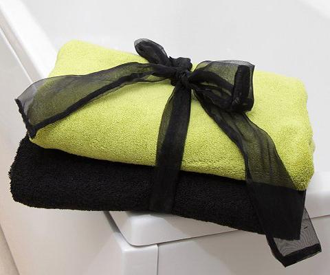 https://cf.ltkcdn.net/bedding/images/slide/212215-480x400-Towels-tied-with-ribbon.jpg