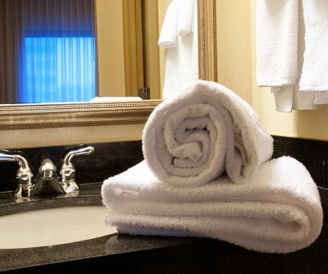 https://cf.ltkcdn.net/bedding/images/slide/212225-480x400-White-Towels.jpg