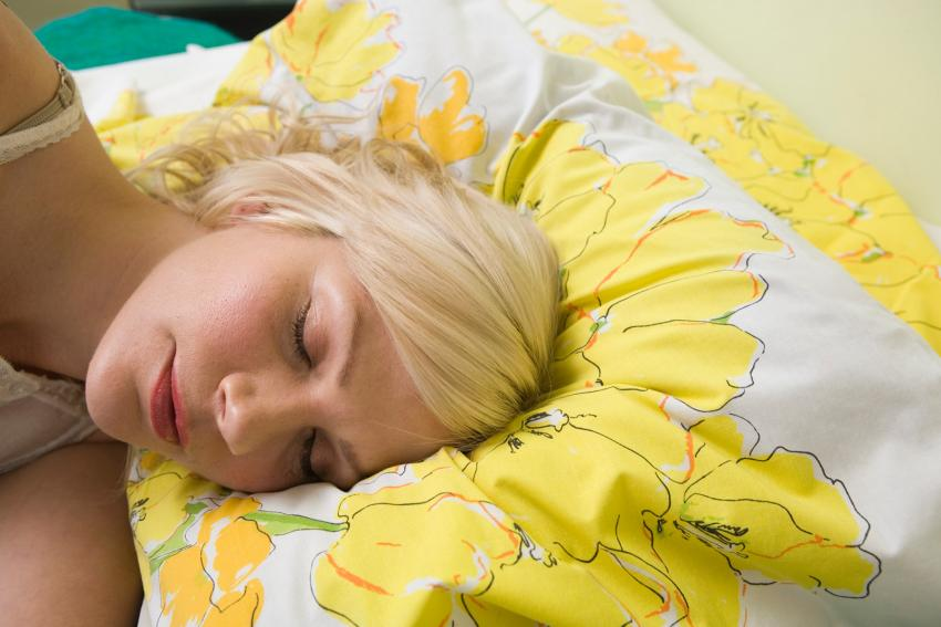 https://cf.ltkcdn.net/bedding/images/slide/245548-850x567-woman-sleeping-yellow-flower-bedding.jpg
