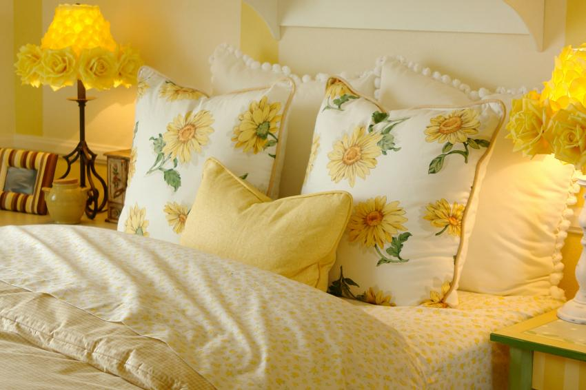 https://cf.ltkcdn.net/bedding/images/slide/245554-850x566-bedding-with-yellow-daisies.jpg