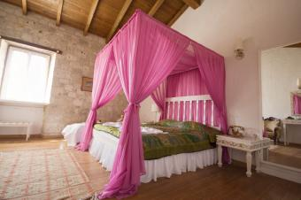https://cf.ltkcdn.net/bedding/images/slide/155141-849x565r1-pink-canopy.jpg