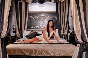 https://cf.ltkcdn.net/bedding/images/slide/155149-850x563r1-luxury%2C-romntic-bed-canopy.jpg