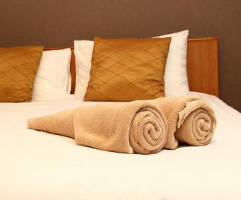 https://cf.ltkcdn.net/bedding/images/slide/212214-480x400-Towels-on-a-bed.jpg