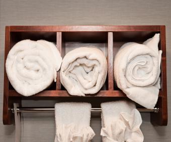 https://cf.ltkcdn.net/bedding/images/slide/212216-480x400-White-towels-in-a-hotel.jpg