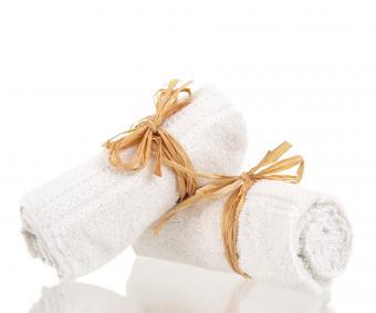 https://cf.ltkcdn.net/bedding/images/slide/212222-480x400-Rolled-up-towels.jpg