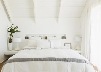 https://cf.ltkcdn.net/bedding/images/slide/218658-850x609-boutiquebedroom.jpg