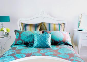 https://cf.ltkcdn.net/bedding/images/slide/218668-850x607-decorativepillows.jpg