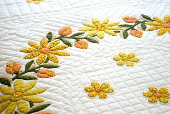 https://cf.ltkcdn.net/bedding/images/slide/245549-850x567-yellow-and-white-quilted-bedding.jpg